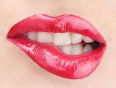 Piękny makijaż seksowny czerwony połysk warg — Zdjęcie stockowe
