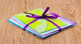 Bando de envelopes de cor com fita em fundo de madeira — Fotografia Stock