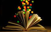 Otwórz książkę na drewnianym stole na jasnym tle — Zdjęcie stockowe