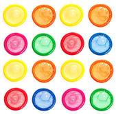 Preservativos coloridos isolados no branco — Foto Stock