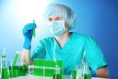 在化学实验室工作的科学家 — 图库照片