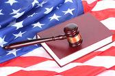 Martelletto del giudice e libro su sfondo bandiera americana — Foto Stock