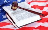 Martelo de juiz e livros sobre o fundo da bandeira americana — Fotografia Stock
