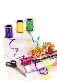 Papel, cinta y moños para regalos aislado blanco — Foto de Stock