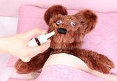 Orso malato nel letto — Foto Stock