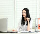 Doctor hermosa chica en la oficina — Foto de Stock