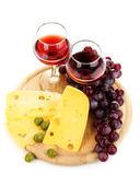 In weingläser rotwein und käse isoliert — Stockfoto
