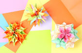 Colorfull origami kusudamas op licht papier achtergrond — Stockfoto