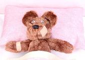 ベッドの中で病気の熊 — ストック写真