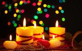美丽的蜡烛和明亮的背景上的木桌上的装饰 — 图库照片