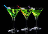 Coquetel em copos de martini isolados no preto amarelo — Fotografia Stock
