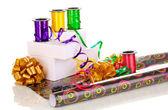 Papieru, wstążki i łuki na prezenty na białym tle biały — Zdjęcie stockowe