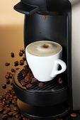 эспрессо-машина розлива кофе в чашку на коричневый фон — Стоковое фото