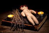 девушка кукла вуду на деревянном столе в свечах — Стоковое фото