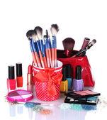 Make-up penslar i kopp och kosmetika isolerad på vit — Stockfoto