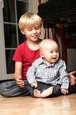 和哥哥一起玩的小男孩 — 图库照片