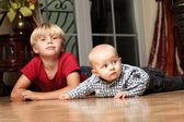 Küçük erkek kardeşim ile oynamak — Stok fotoğraf