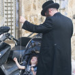 Jewish ultra orthodox family — Stock Photo