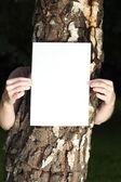 Donna con carta bianca all'aperto — Foto Stock
