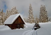 Un piccolo cottage in inverno — Foto Stock