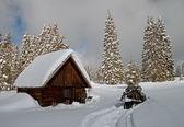 En liten stuga på vintern — Stockfoto