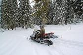Homem em um moto de neve — Foto Stock