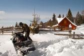 Bir kar arabası olan adam — Stok fotoğraf
