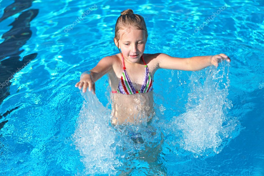 Girl playing in the pool with blue clear water — Stock Photo #10406949