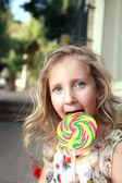 Un niño con un gran dulce — Foto de Stock