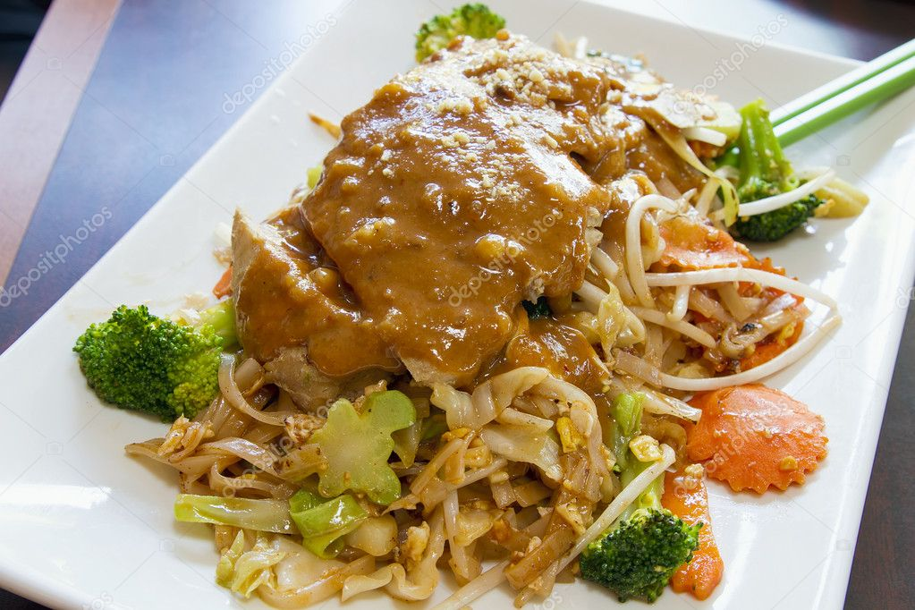 Pad Thaïs nouilles au poulet citronnelle et sauce aux arachides ...