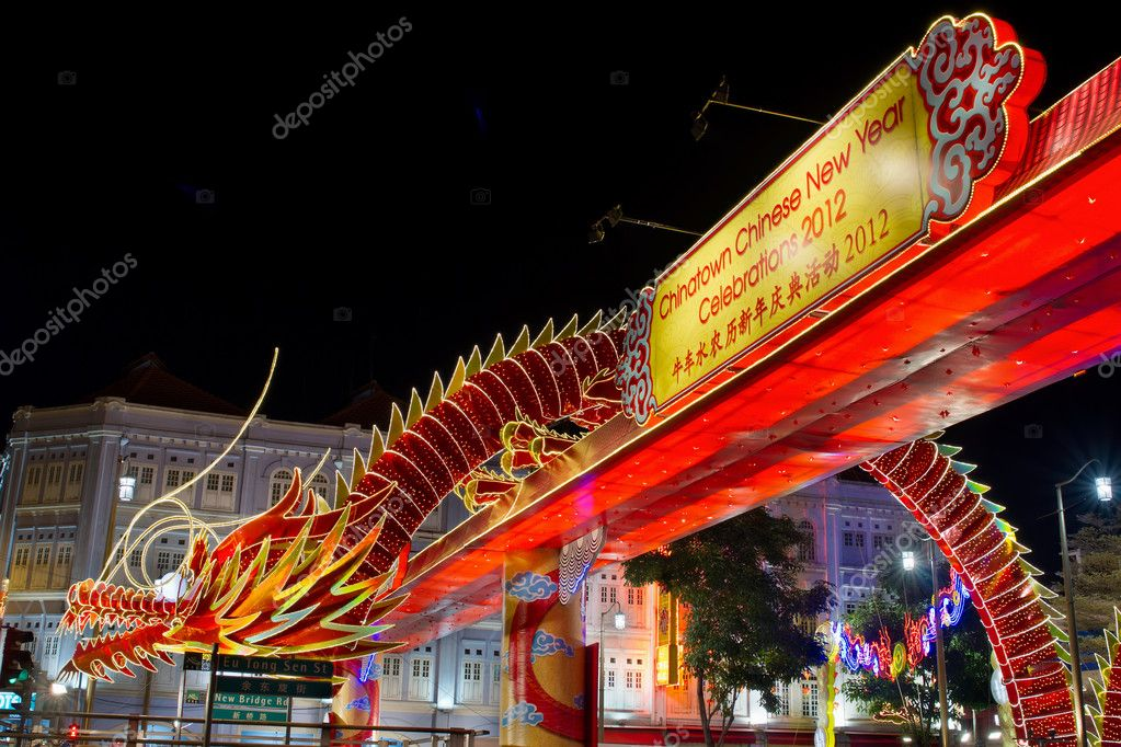 SINGAPORE - JANUARY 21: Chinese New Year Dragon Decoration along Eu Tong Sen Street in Singapore Chinatown on January 11, 2012. Designed by Singapore University — Stock Photo #8961187