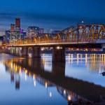 Hawthorne Bridge Over Willamette River — Stock Photo