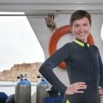 hermoso buzo lleva traje de buceo en barco — Foto de Stock