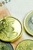 Używane monet na banknocie — Zdjęcie stockowe
