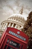 London telefon box och St Paul — Stockfoto