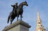 Rey george iv estatua y st. martin-in-the-fields iglesia en lond — Foto de Stock