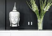Modern inredning i detalj med buddha bild och blomma — Stockfoto