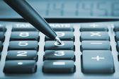 калькулятор с ручкой — Стоковое фото