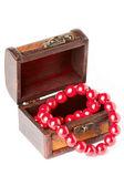 Otevřít hrudník s červený náhrdelník — Stock fotografie