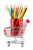 Alışveriş sepeti ile birçok kalemler — Stok fotoğraf