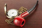 Reloj y fumar tubo de bolsillo — Foto de Stock