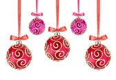 Rött och rosa julgranskulor med rosetter på vit bakgrund — Stockfoto