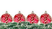 красный рождественские шары с рождественская елка, изолированные на белом фоне — Стоковое фото