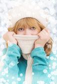 Zimní portrét krásné dívky v čepici a šálu — Stock fotografie