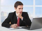 在笔记本、 西提后面工作的年轻成功商业男子 — 图库照片