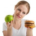 atrakcyjna młoda kobieta sprawia, że wybór między zdrowy i unheal — Zdjęcie stockowe