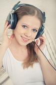 Belle jeune femme aime écouter de la musique sur le casque sur — Photo