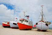 Barcos de pesca en la costa de arena. — Foto de Stock