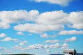небо с облаками и туристический трейлер — Стоковое фото