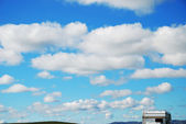El cielo con nubes y acoplado del recorrido — Foto de Stock